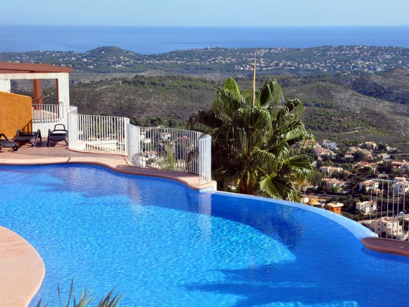 Le complexe de deux piscines for Complexe piscine